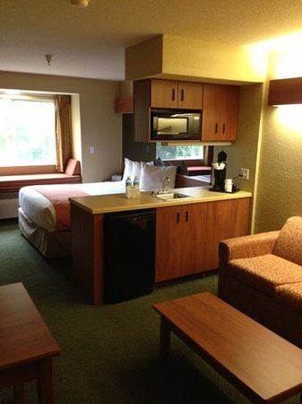 Microtel Inn & Suites by Wyndham Zephyrhills: suite room