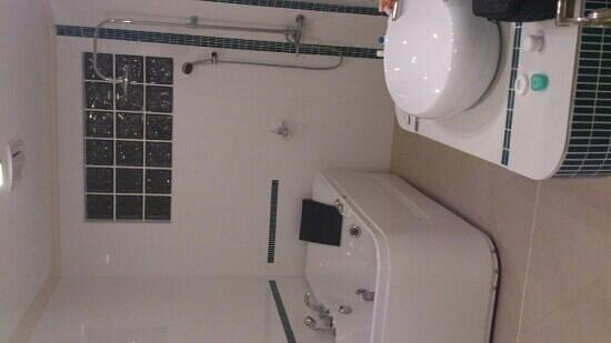 Sherwood Bay Resort: nice, clean and big bathroom - hibiscus room