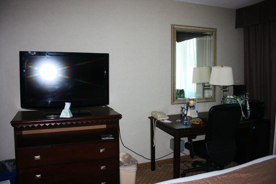 BEST WESTERN Plus Rockville Hotel & Suites: Desk and TV
