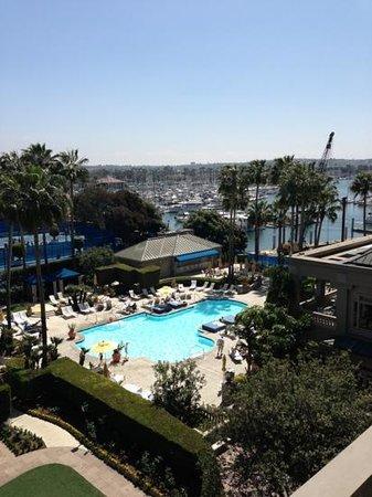 The Ritz-Carlton, Marina del Rey: espectacular vista de la marina, piscina y canchas, desde el balcón de la habitación