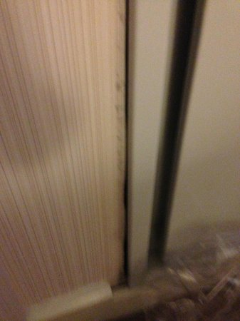 Kimpton George Hotel: AC/Heating separating from wall