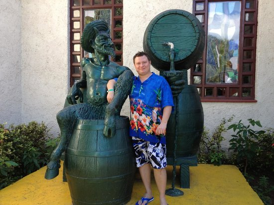 House of Rum : Симпатичная скульптура у входа в магазин