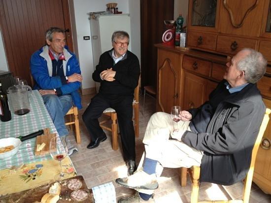 Parry Bed and Breakfast: Fra vinturen rundt i Valpolicella, flink bonde venstre, Mario midt og min far