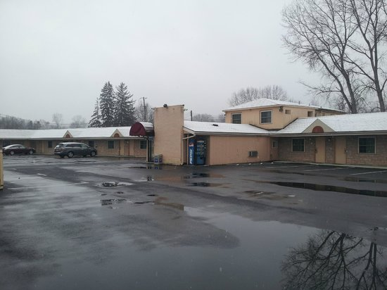 Rodeway Inn & Suites: Parking area