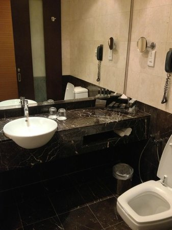 Impiana KLCC Hotel: Well appointed bath