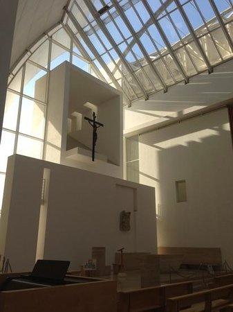 Parrocchia Dio Padre Misericordioso: altare principale