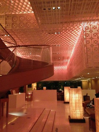 Hyatt Regency Kyoto: escalier qui mène au restaurant italien - autre restaurant au fond