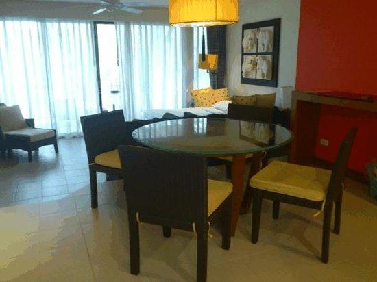 Laguna Holiday Club Phuket Resort: living& dining