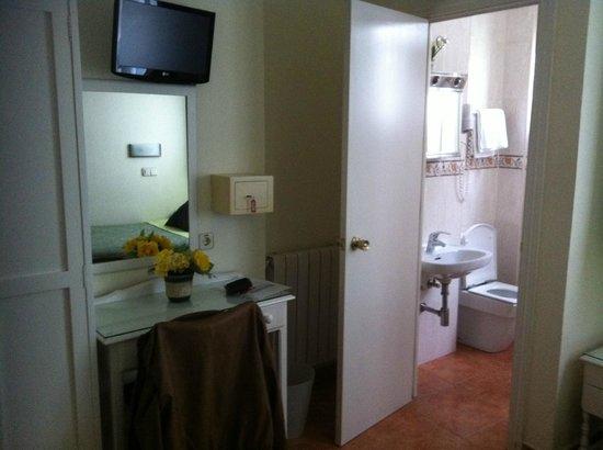 Hostal Los Alpes: Entrada al baño