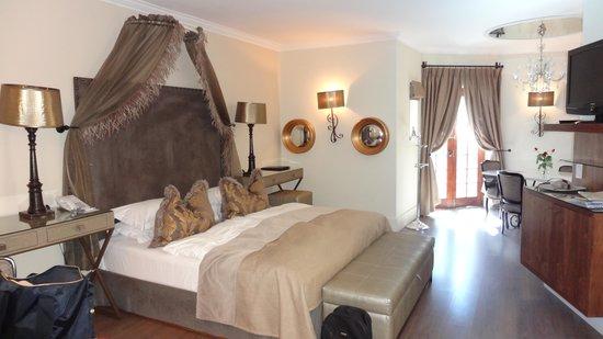 Hotel Heinitzburg: Zimmer 7 mit Sicht zur Türe zum Poolbereich