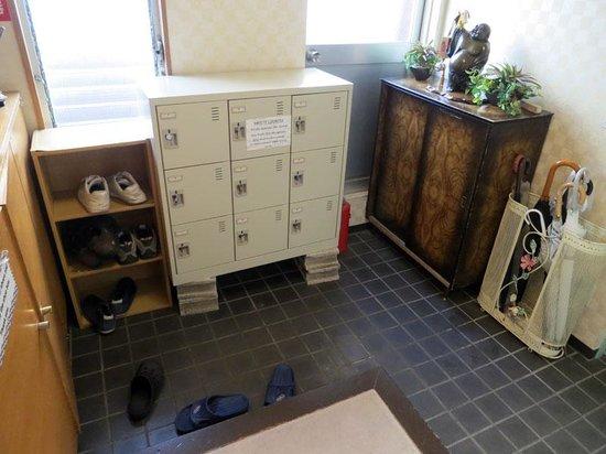 Asakusa Ryokan Toukaiso: Main area to put your shoes when you walk in