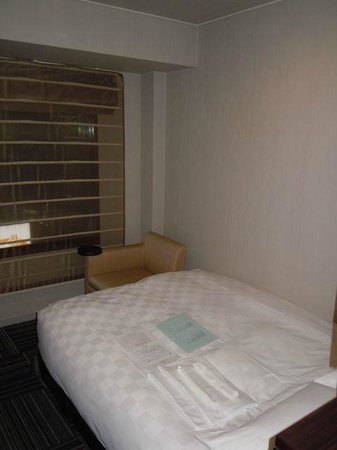 โรงแรมชินจูกุ พริ๊นซ์: Another view of the room, note the small space between the bed and the room's walls