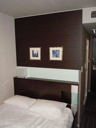 شينجوكو برينس هوتل: Shoebox-sized room