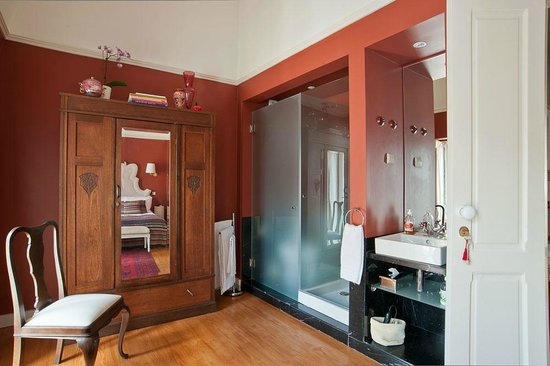 Casa Amora Guesthouse: Beatriz Costa Bathroom and vintage cupboard.