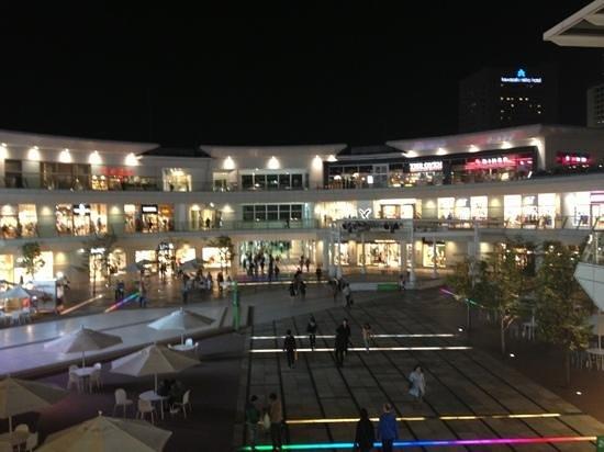 Lazona Kawasaki Plaza: 夜のラゾーナ
