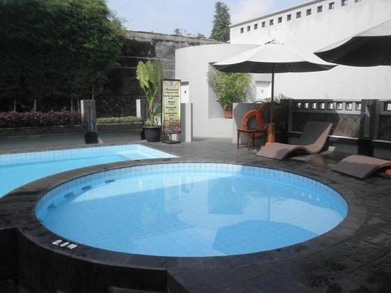 Cakra Kusuma Hotel: the pool