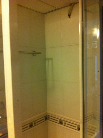 Riverview Hotel: Shower but no faucet or shower head. DOES NOT WORK!!