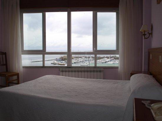 Hostal Las Carolinas: ventanal de la habitación