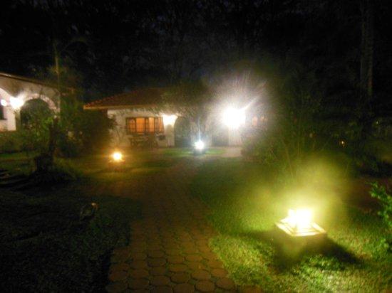 Secret Garden Chiang Mai: 灯が照らす夜の庭は別世界に居るようだ