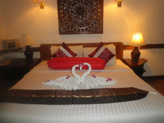 Tropica Resort and Restaurant: Swan towels queen or king bed, felt huge, plenty of pillows