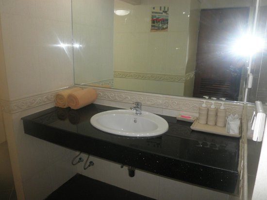 Tropica Resort and Restaurant: Glorious big vanity and mirror, separate toilet and shower