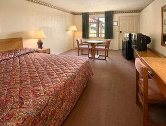 Howard Johnson Tulsa East/Airport: King Bed Room with MicroFridge