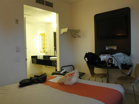 Motel 6 San Diego Downtown: Camera/bagno