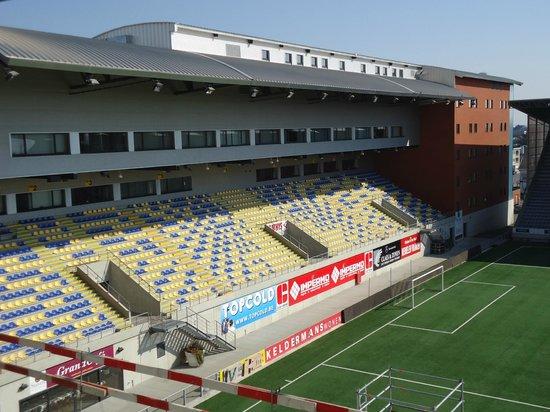 Hotel Stayen: hotel staat in de hoek van het stadion