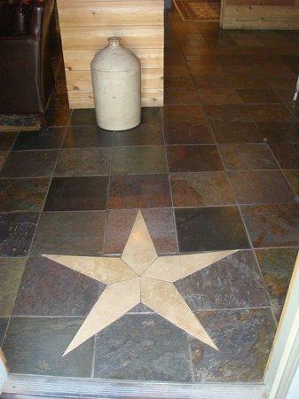 Gruene Homestead Inn: Beautiful design in the slate floor entryway