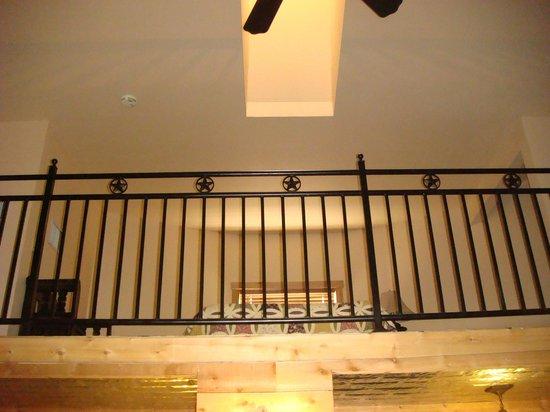 Gruene Homestead Inn: Unique use of metal fencing for loft guardrail
