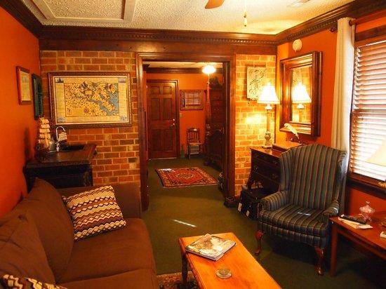 Williamsburg Sampler Bed and Breakfast: Sitting room looking toward bed room