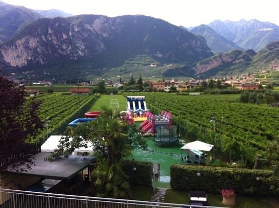 Hotel Campagnola: utsikten fra terassen. lekeparken og fjellet.
