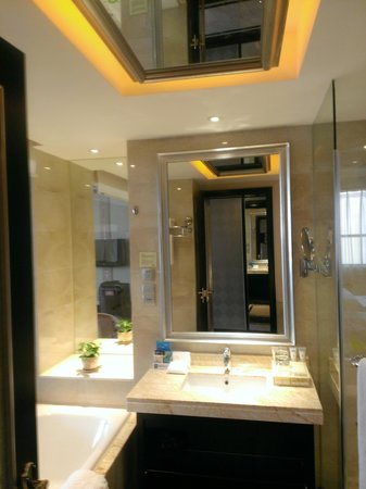Sanding Huayue Hotel: bath
