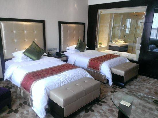 Sanding Huayue Hotel: bedroom