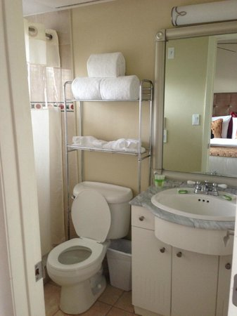 Sun Harbour Boutique Hotel: En-suite bathroom to second bedroom