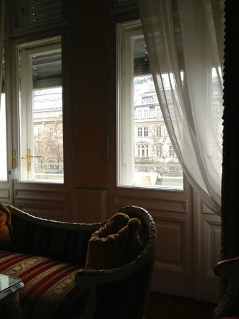 Hotel Imperial Vienna: Never bothered by front entance and spotlights because they have auto shutters to close off