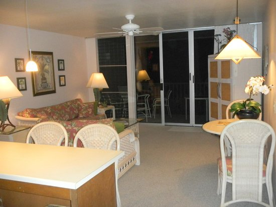 Wailua Bay View Condominiums: Living space in the Evening