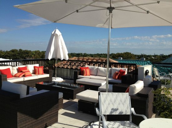 Inn on Fifth: Seating area on roof terrace - sunbeds are also available