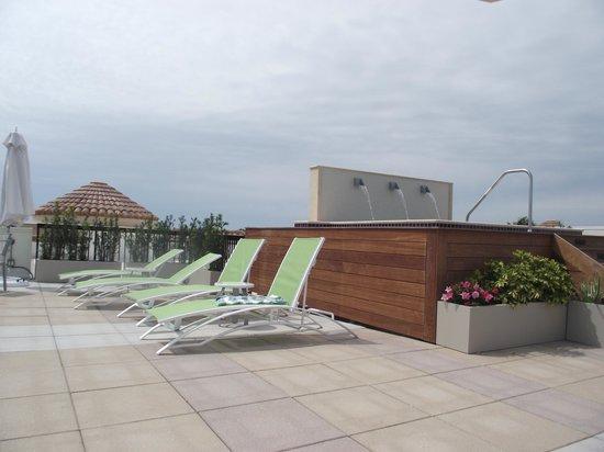 Inn on Fifth: Sunbeds on roof terrace