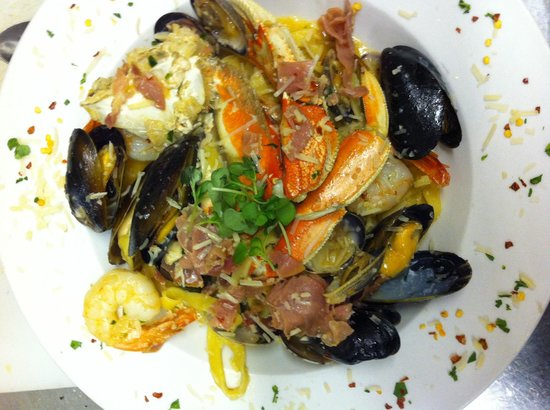 Angelo's Steakhouse Italiano: Spicy seafood pasta !!