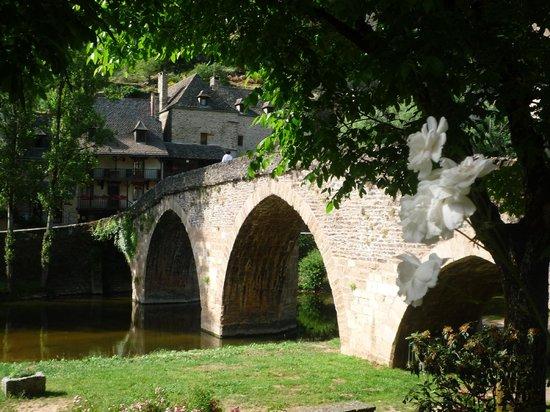 Hotel Restaurant du Vieux Pont: le vieux pont et le restaurant à l'arrière plan