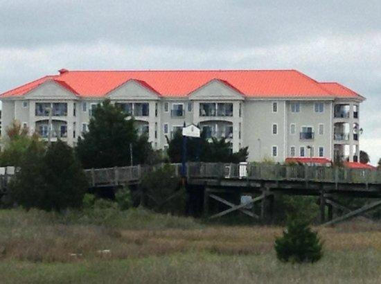 Charleston Harbor Resort & Marina: Hotel seen from marina boardwalk
