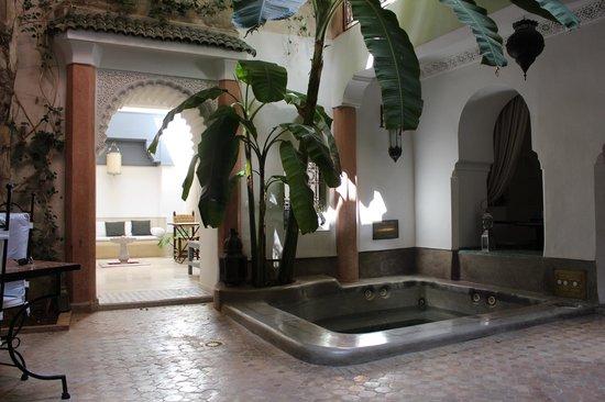 Riad Tawargit: Salle à manger / Jacuzzi