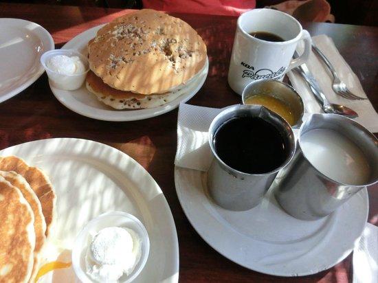 Koa Pancake House: 3 kinds of syrups makes me happy