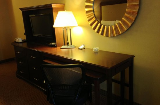 "Crowne Plaza Washington National Airport: Twelfth ""executive"" floor room desk/TV"