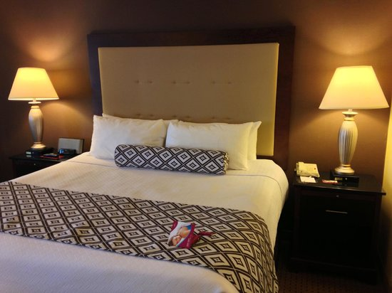"Crowne Plaza Washington National Airport: Twelfth ""executive"" floor king room"
