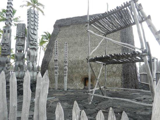 Pu'uhonua O Honaunau National Historical Park: Mausoleum and stand where they dry the bones.