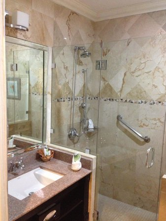 The Courtleigh Hotel and Suites: bathroom