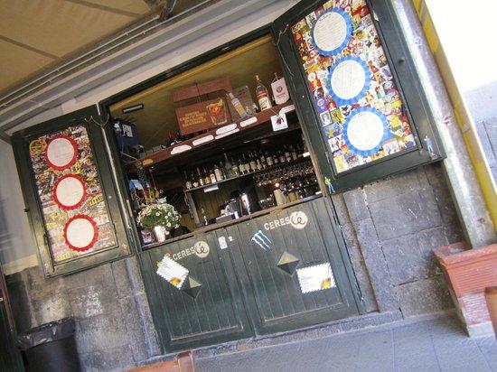 Agora Hostel : Fronte del bar