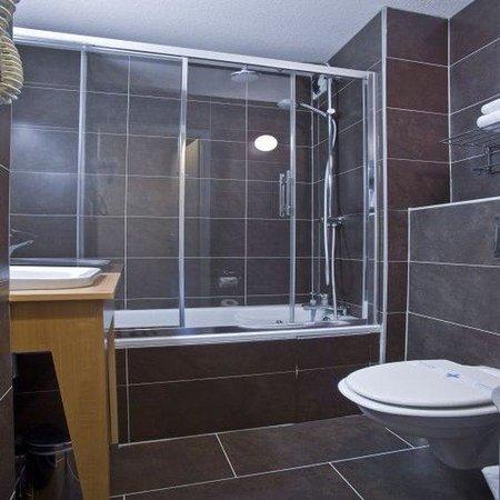 Kyriad Dijon Est - Mirande : Bathroom